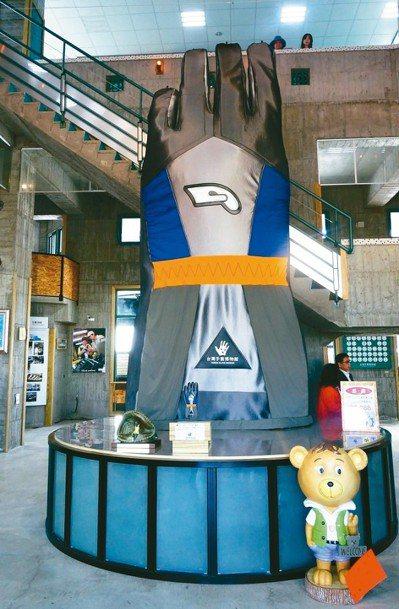 手套博物館鎮館之寶是5.8公尺高的巨無霸手套。 記者何烱榮/攝影