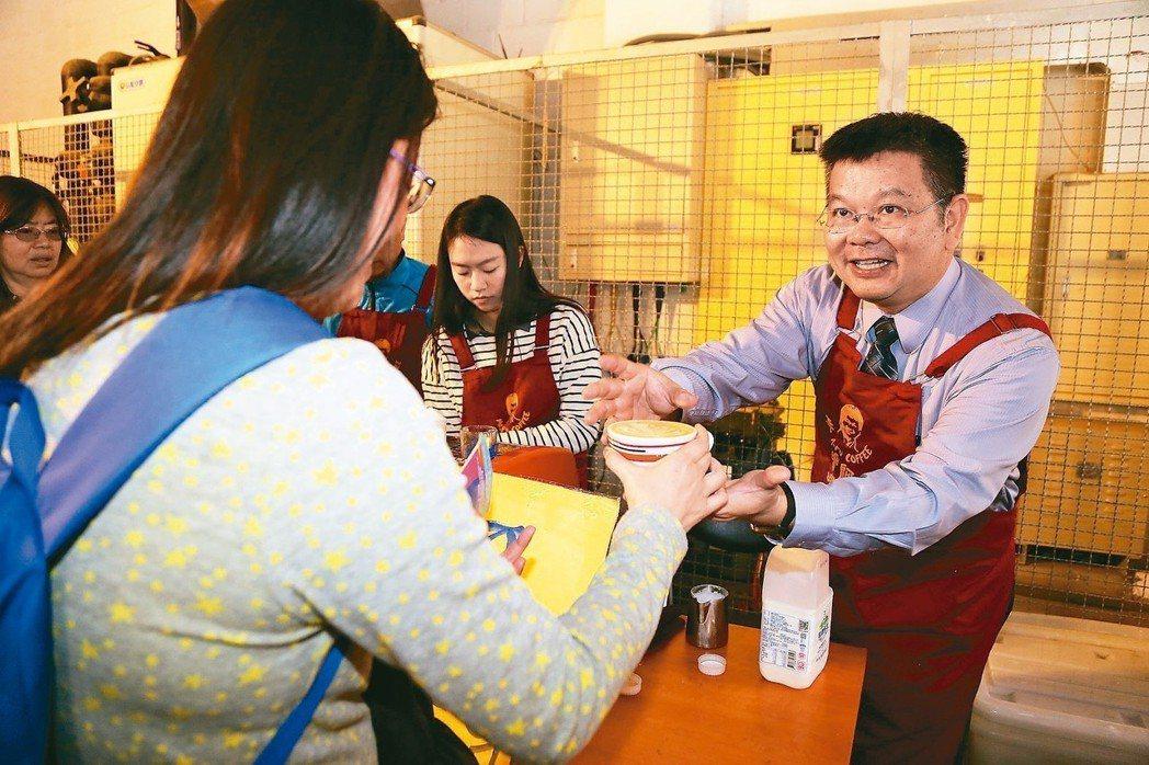 南湖國小校長蕭福生熱愛咖啡,曾花幾十萬元考取相關證照,煮得一手好咖啡。 記者魏莨...