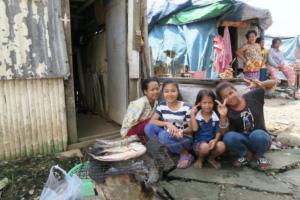柬埔寨經濟發展後,首都貧民窟湧入因都市更新被迫遷居民,當地無水無電,居民以大水缸...