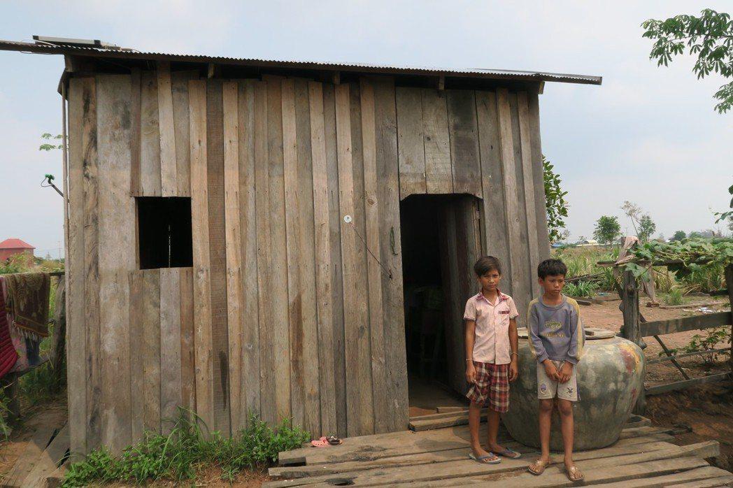 柬埔寨經濟正在起飛,鄉村都停留在未開發原始風貌,居民以木板搭建房舍,大水缸儲水。...