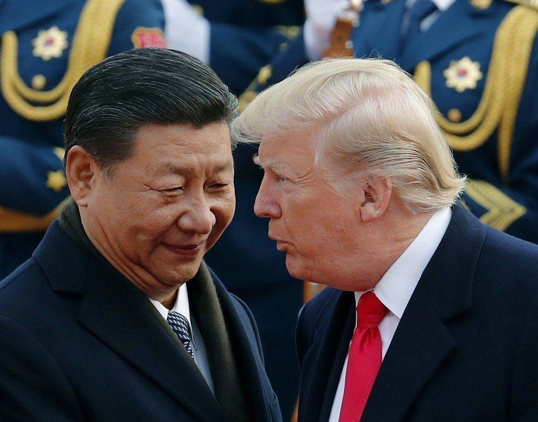 美國總統川普與大陸國家主席習近平9日為北韓問題通話。圖為川普(右)去年訪北京,受...