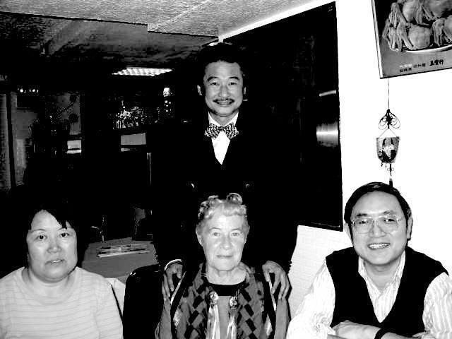 前紅衫軍總指揮施明德(後排)曾表示,前妻艾琳達的媽媽納莉.艾默森(前排中)女士在...