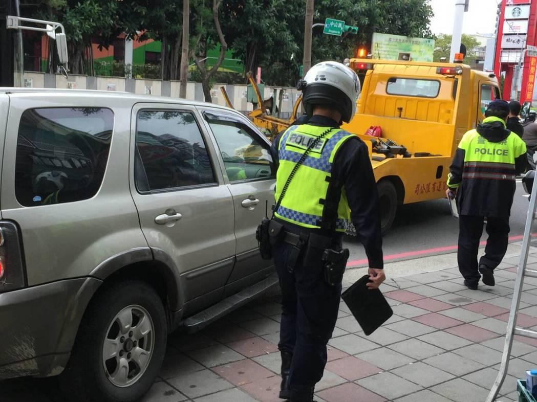 警員執行拖吊,常遇車主開罵或肢體衝突。圖/聯合報系資料照片