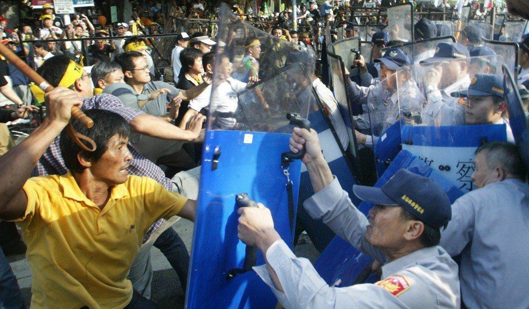警民流血衝突,民眾搶警棍打警察。圖/聯合報系資料照片