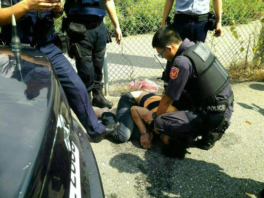 警員追捕驗犯,常遇反抗、暴力攻擊或衝撞拒捕,還有人髒話出籠。圖/警方提供