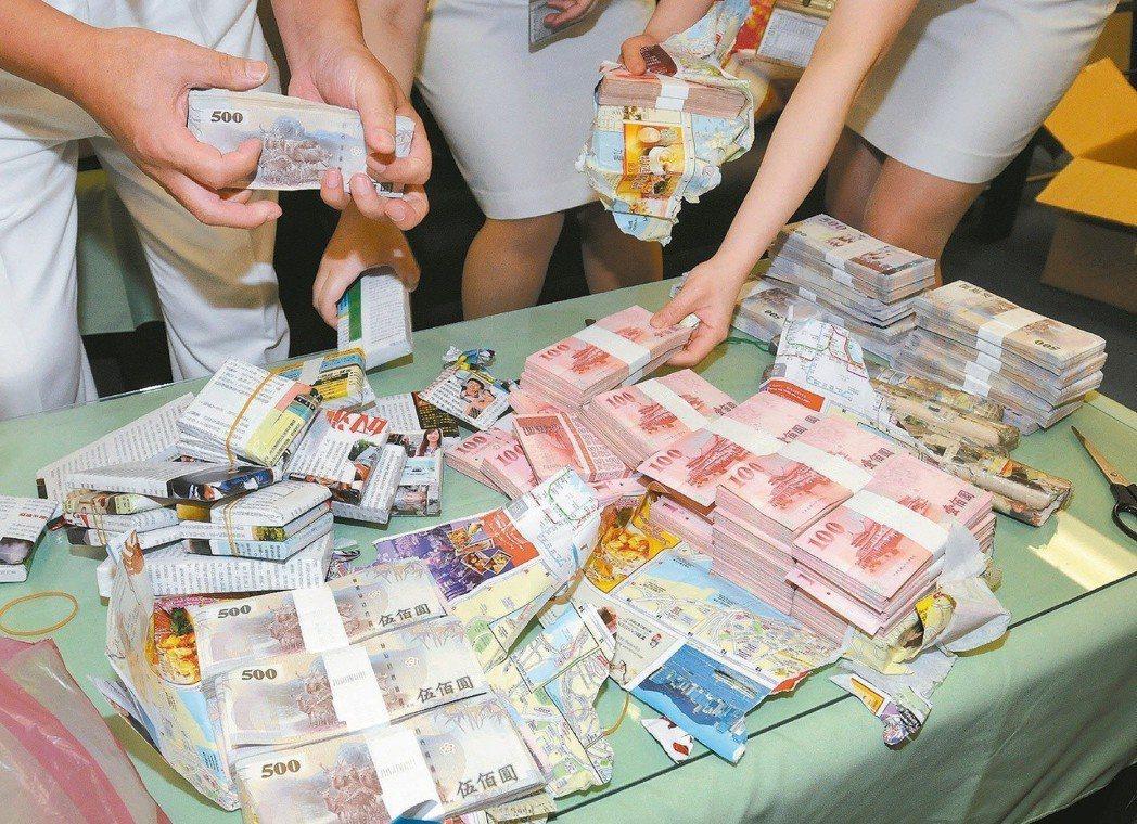 民眾出入境如果攜帶超過10萬元的現鈔,必須向海關申報,否則將被沒入或罰鍰。圖為海...