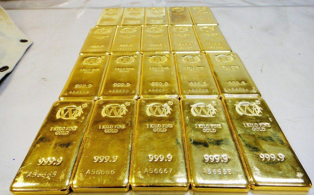 民眾攜帶黃金、珠寶等飾品出入境,要主動如實填寫海關申報單。圖為台北關關員在一名入...