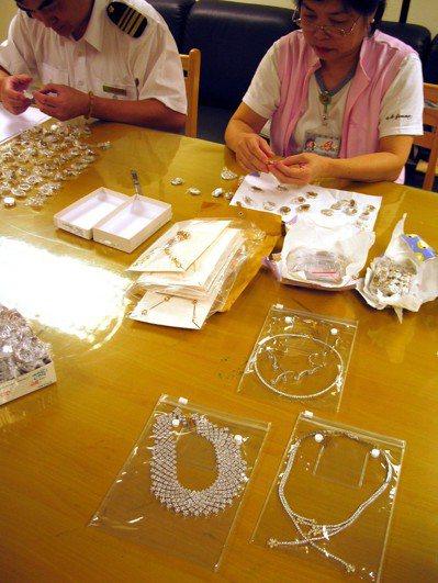 旅客出入境攜帶總值50萬元的鑽石、寶石、白金,若未申報或申報不實將沒入,或處以等...