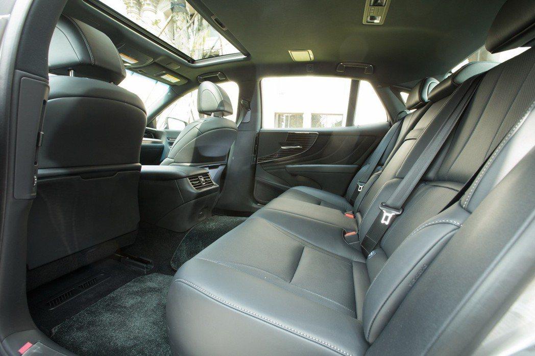 寬敞舒適的後座空間,絕對符合後座買家的使用需求。 記者陳立凱/攝影