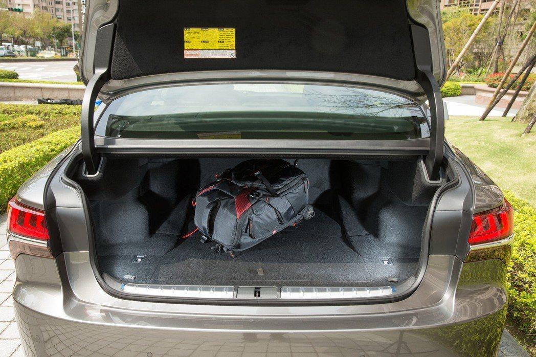 寬敞的行李廂還具備電動啟閉功能。 記者陳立凱/攝影