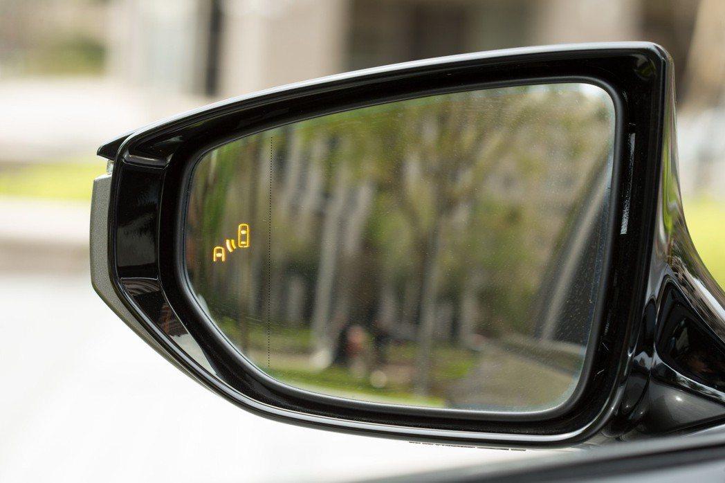 LS 350配備BSM盲點偵測警示。 記者陳立凱/攝影