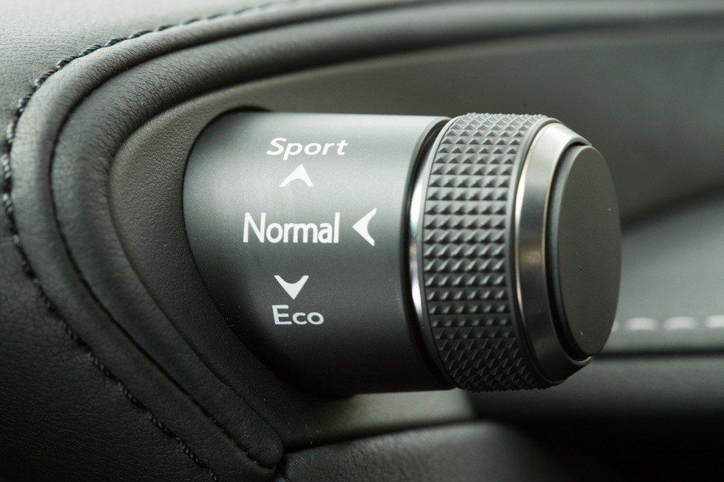 駕駛人可透過旋鈕調整駕馭模式。 記者陳立凱/攝影