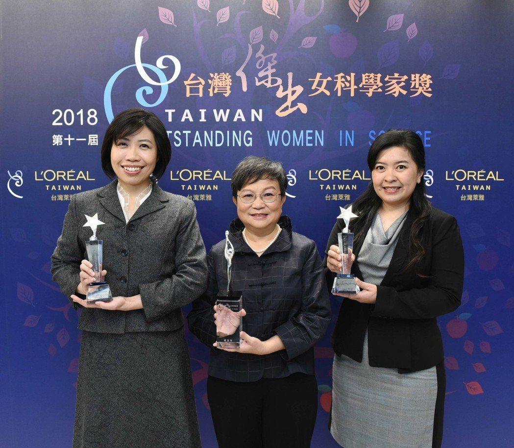 「第十一屆台灣傑出女科學家獎」得主合影(由左至右):新秀獎得主趙玲博士、傑出獎得...