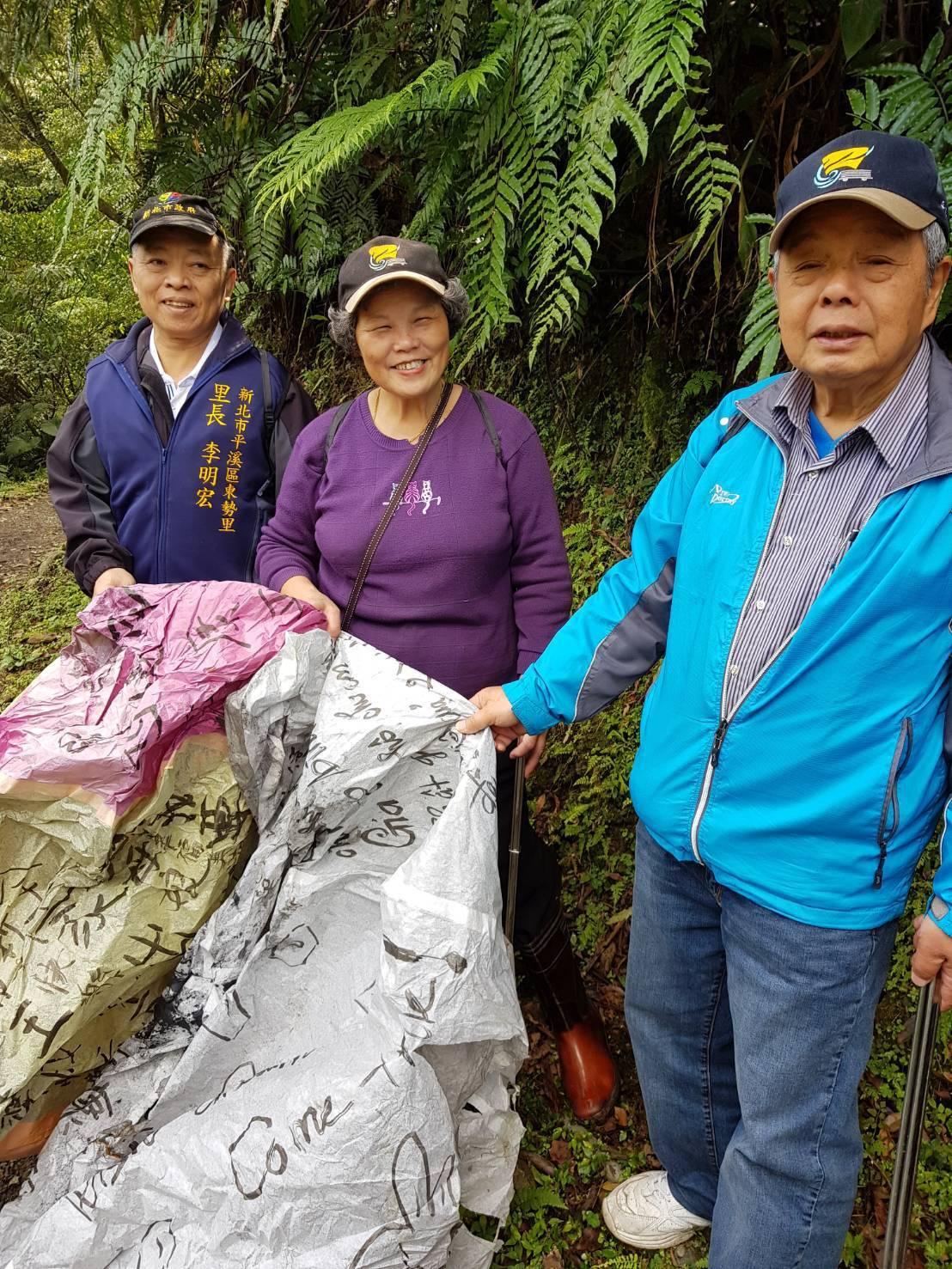 志工們昨天投入平溪地區山林,撿拾天燈節後山區留下的垃圾與天燈殘骸,還給山區乾淨面...