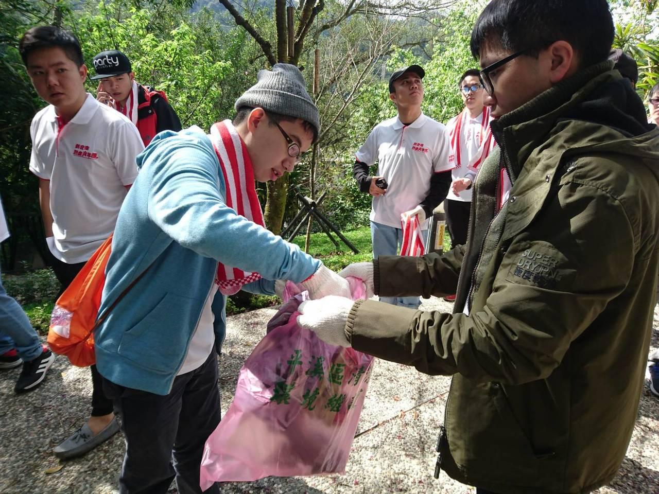 志工們昨天投入平溪地區山林,撿拾天燈節後山區留下的垃圾,還給山區乾淨面貌。圖/新...