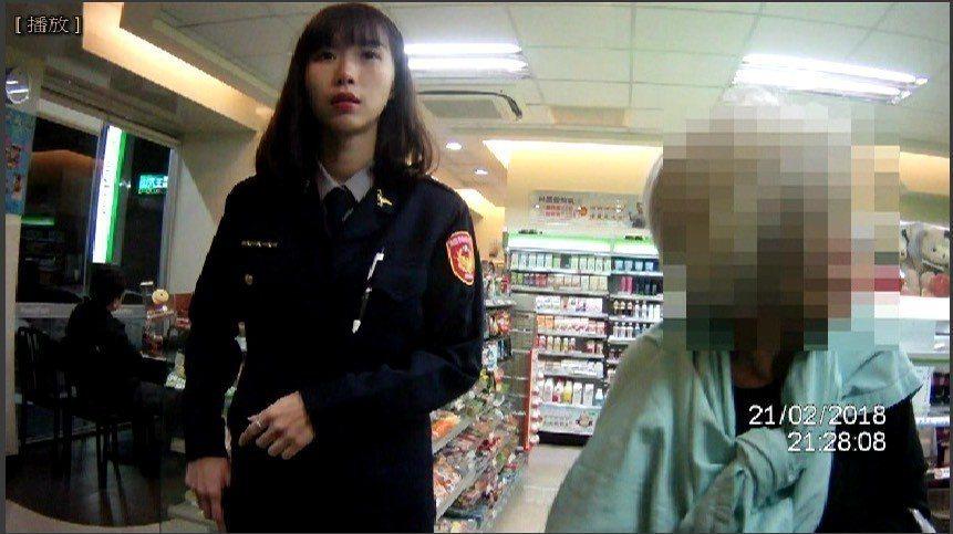 台中市二名女警送迷路婦人回家。記者游振昇/翻攝