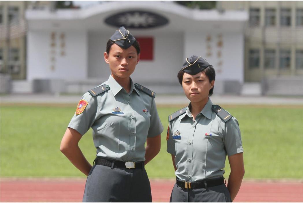 康嘉馨少尉(左)與何玟蒨少尉(右)已通過裝甲官分班訓練鑑測,返回建制單位戰車連,...