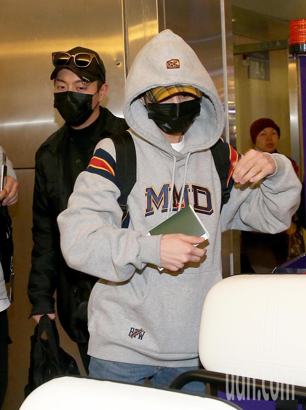 韓團HIGHLIGHT於11日晚間在台灣開唱,繼10日晚間3名團員抵台,剩餘2名...