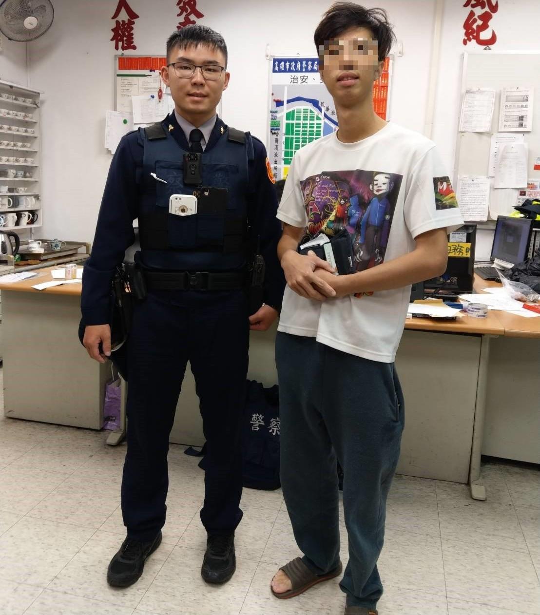 警員張家豪(左)熱心協助吳姓失主找回遺失錢包及證件,吳相當感謝張的幫忙。記者黃宣...