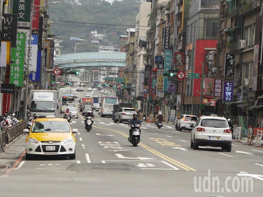 中山高速公路下基隆的要道之一孝二路,月中將封路改善路面,用路人要提早改道。記者吳...