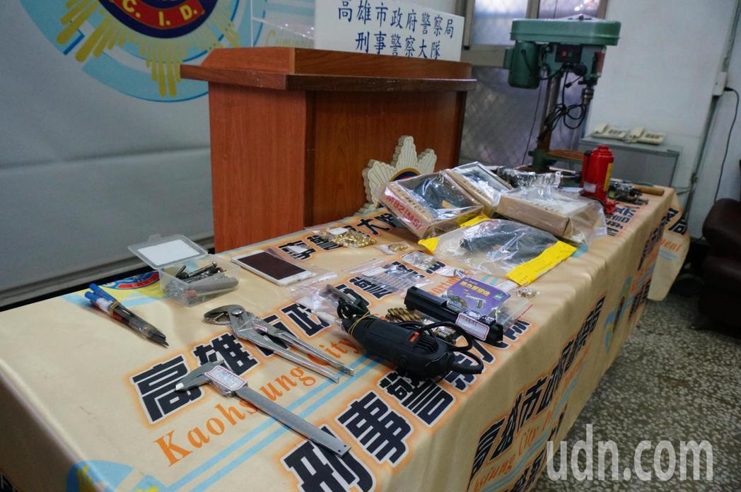 警方查扣改造槍枝及器具。記者林伯驊/攝影