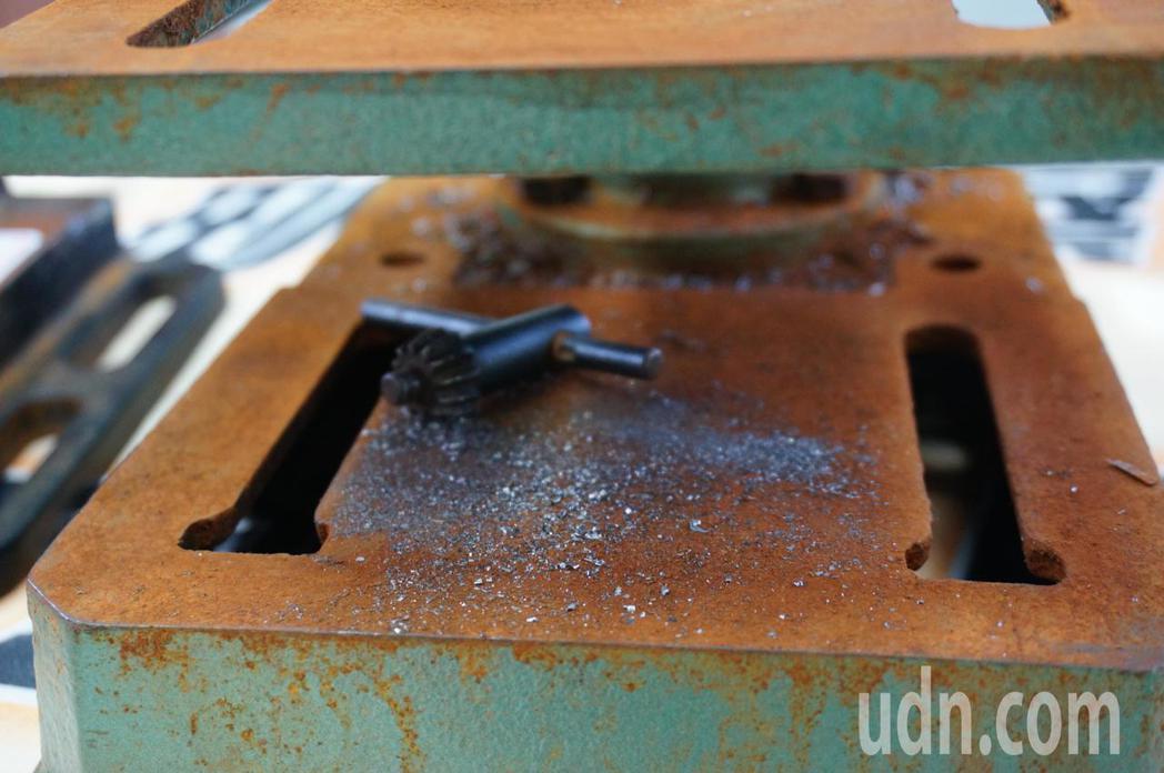 鑽孔機上還有鐵屑。記者林伯驊/攝影