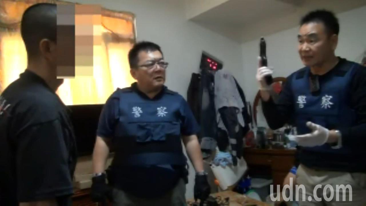 警方搜索改造槍枝。記者林伯驊/翻攝