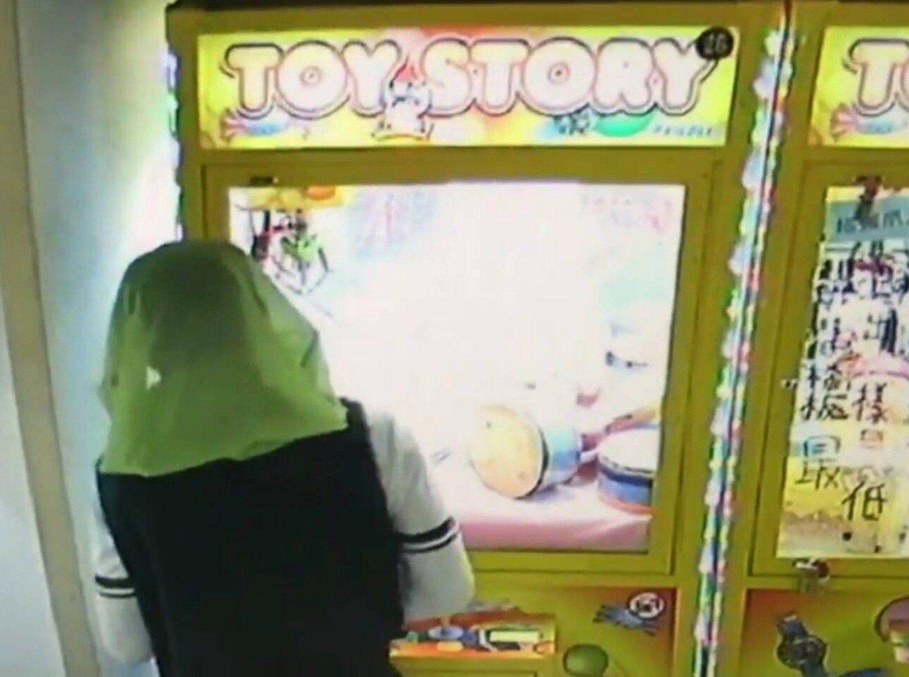 台北市李男不爽沒夾到娃娃,憤而戴「洗衣袋」遮臉持電鑽破壞偷走娃娃機的藍芽喇叭。記...
