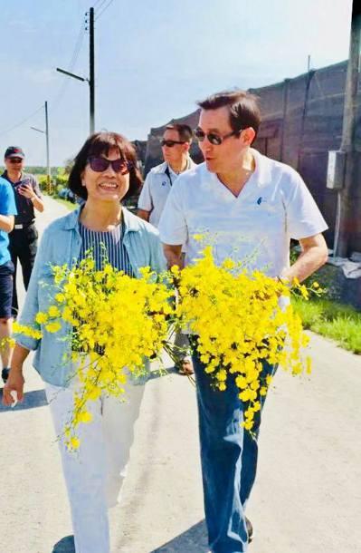 日前馬英九南下屏東,龍應台特別帶著「好友」到文心蘭花園剪花,還特別交代要送給「那...