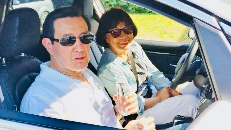 日前馬英九南下屏東,龍應台特別開車載了一下前總統馬英九,留下這難得的共乘身影。圖...
