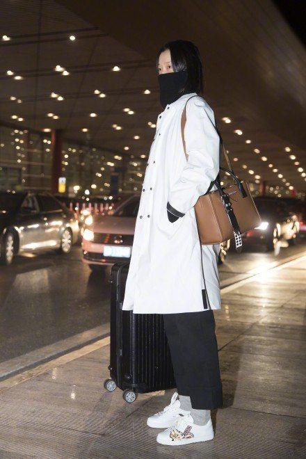 大陸超模杜鵑穿PRADA動漫系列休閒鞋。圖/摘自微博