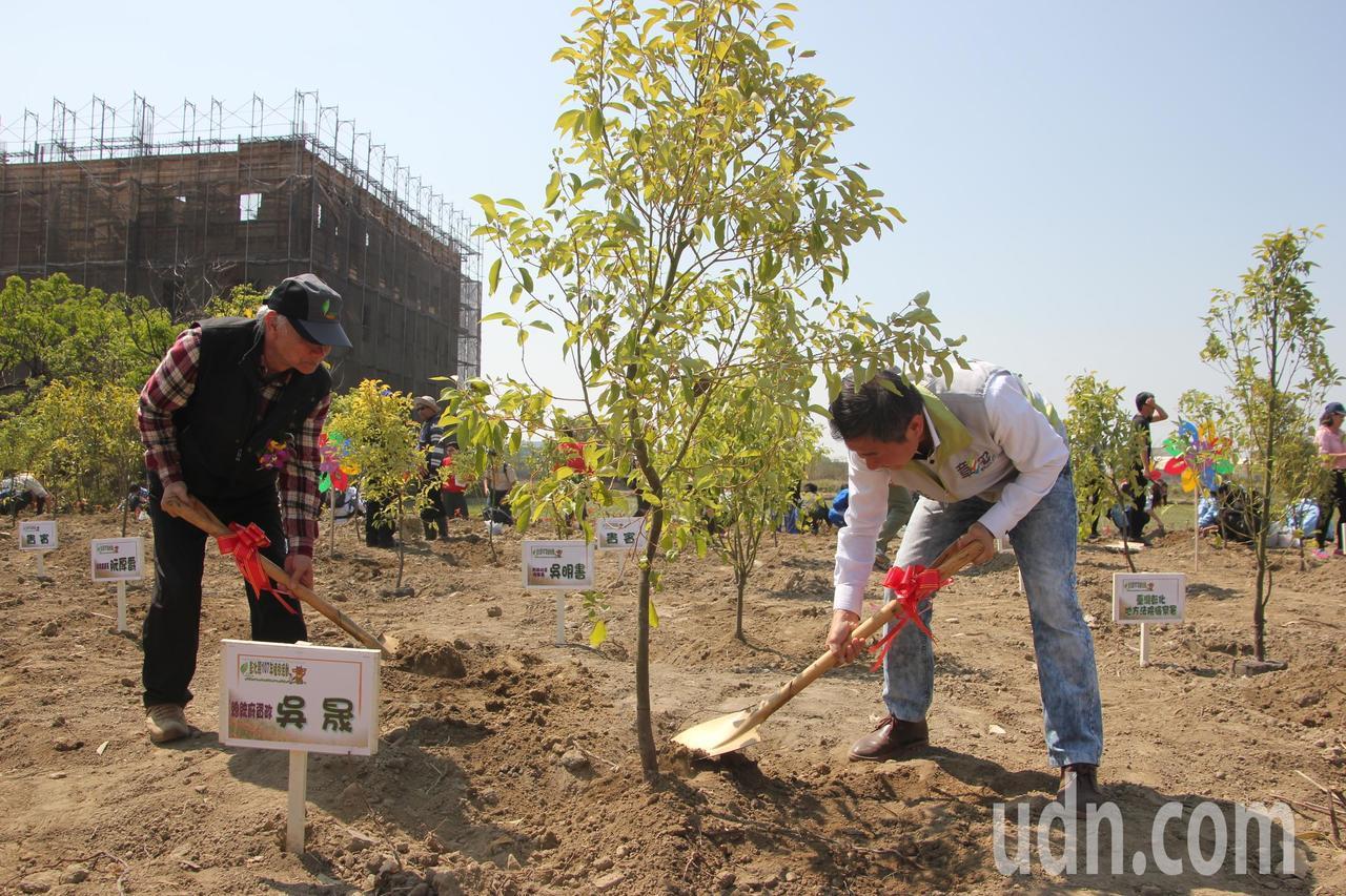 總統府資政吳晟(左)與彰化文化局長陳文彬(右)一起種樹。記者林宛諭/攝影
