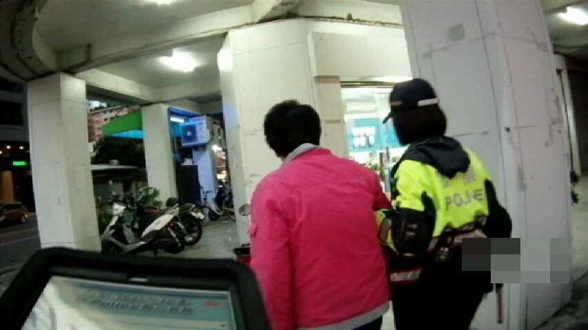 高雄市李姓女子思念生病母親,從安養中心走失近5公里,被警方找回。記者黃宣翰/翻攝