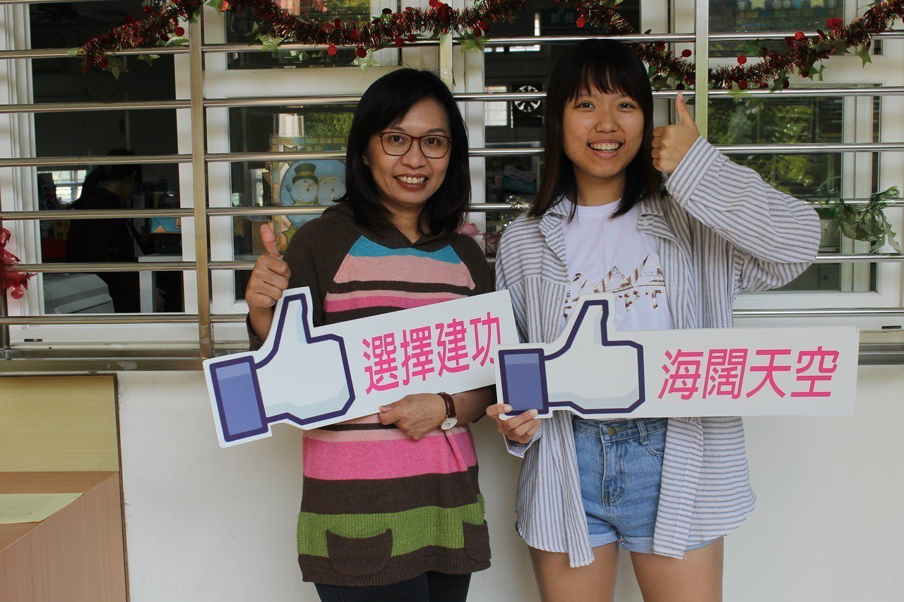 導師張琇雲(左)與學生孫沛謙合影。圖/教育處提供