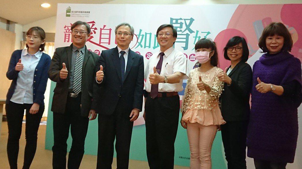 國健署署長王英偉(左三)與醫師、營養師及病友共同呼籲女性注意飲食及三高徵兆,預防...