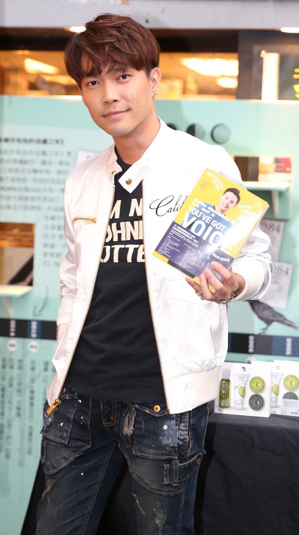 許仁杰為金牌教唱名師陳威宇新書簽書會站台。記者侯永全/攝影
