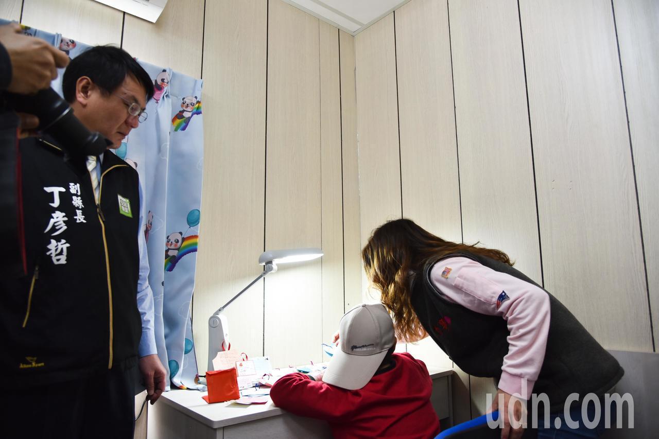 9歲的黃小弟弟入住新家,看到桌子許多同學寄來愛的卡片,心中感受滿滿溫暖。記者蔡維...
