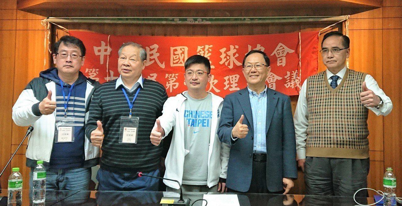 中華籃球協會完成改選(左起:秘書長李一中、主任監察員張思敏、新任理事長謝典霖、榮...