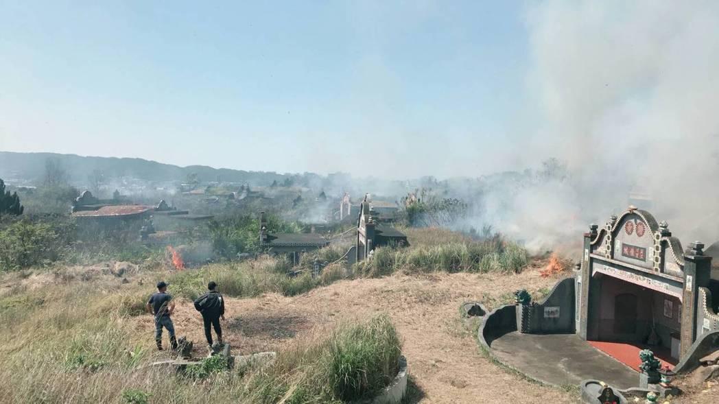 新竹縣消防局這2天已接獲近31起的墓地火警。記者郭政芬/翻攝