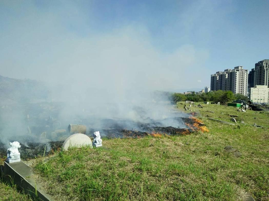 竹北消防分隊觀察,轄內的公墓火警發生原因,主要是掃墓者沒有自備可以密閉、阻絕火勢...