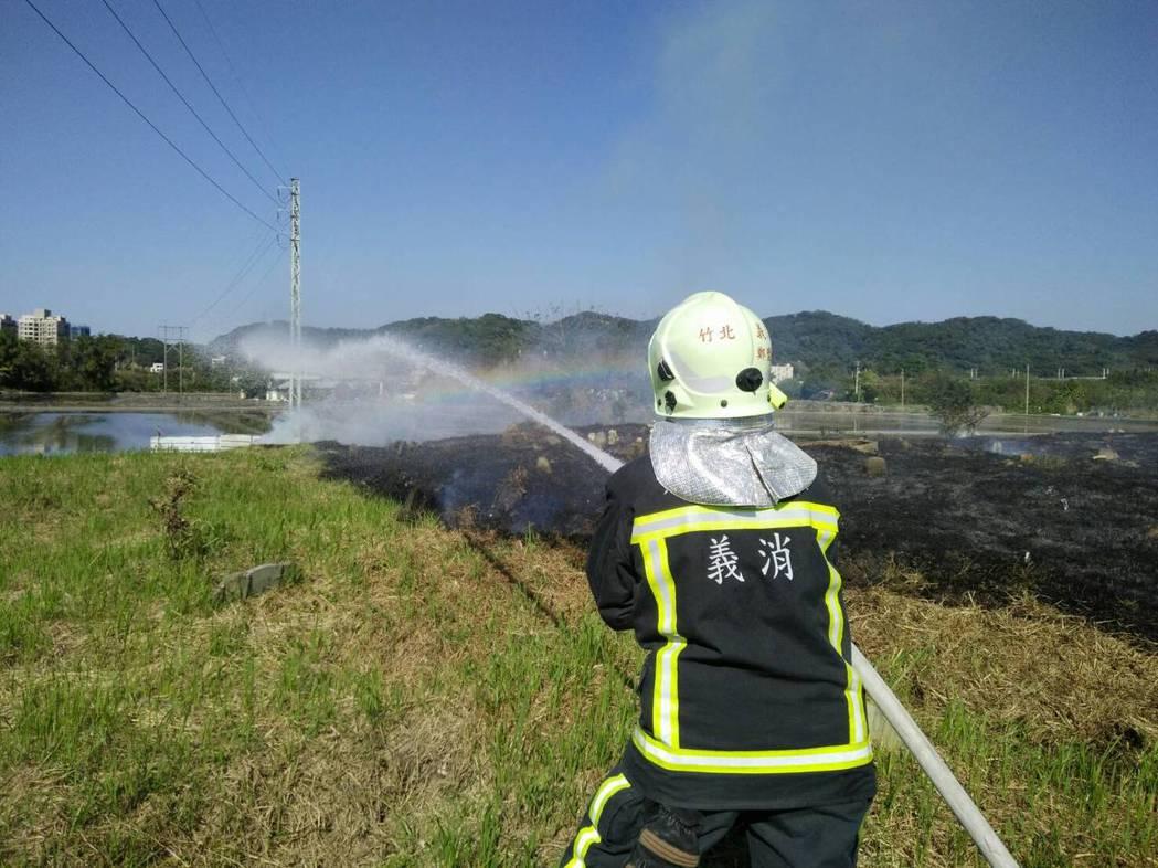 新竹縣消防分隊往返山區,疲於奔命在各公墓地救火。記者郭政芬/翻攝