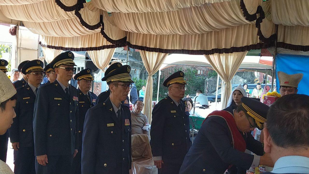 黃宗仁(右一)今率幹部同仁到張展坤告別式致哀。圖/台南市警局提供