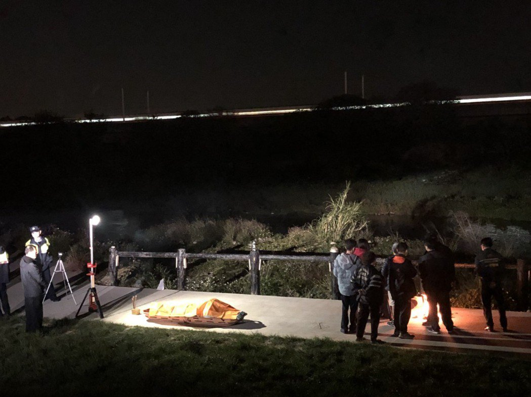 台中市南屯區今晚陸續發生二件溺水案,一人被打撈遺體,另一人下落不明。記者游振昇/...