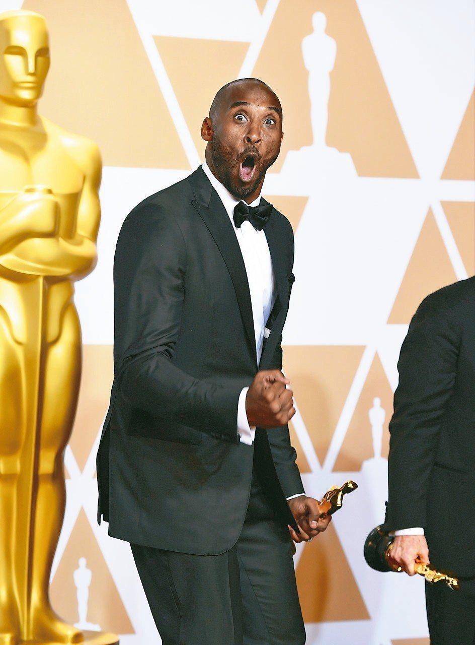 前職籃NBA球星布萊恩鍍金,開心得合不攏嘴。 美聯社