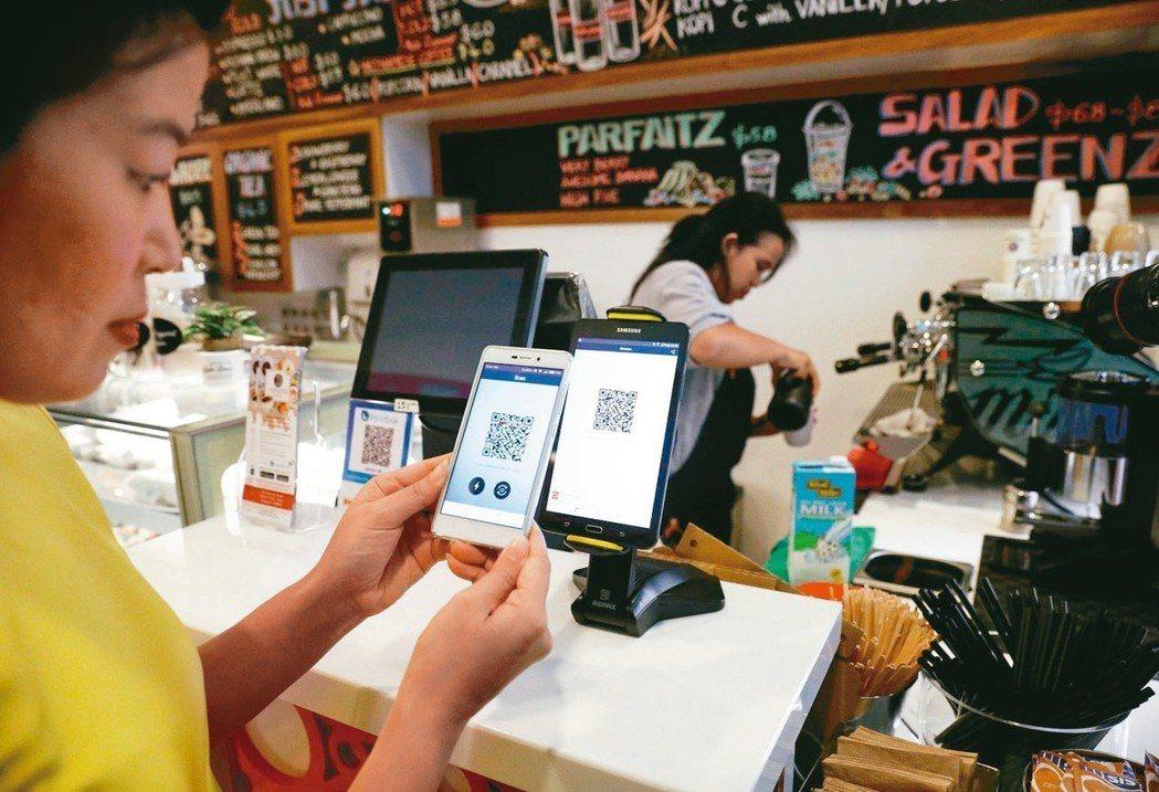 新加坡第一家可以用虛擬貨幣支付的「達克特咖啡」,去年底開幕。 路透