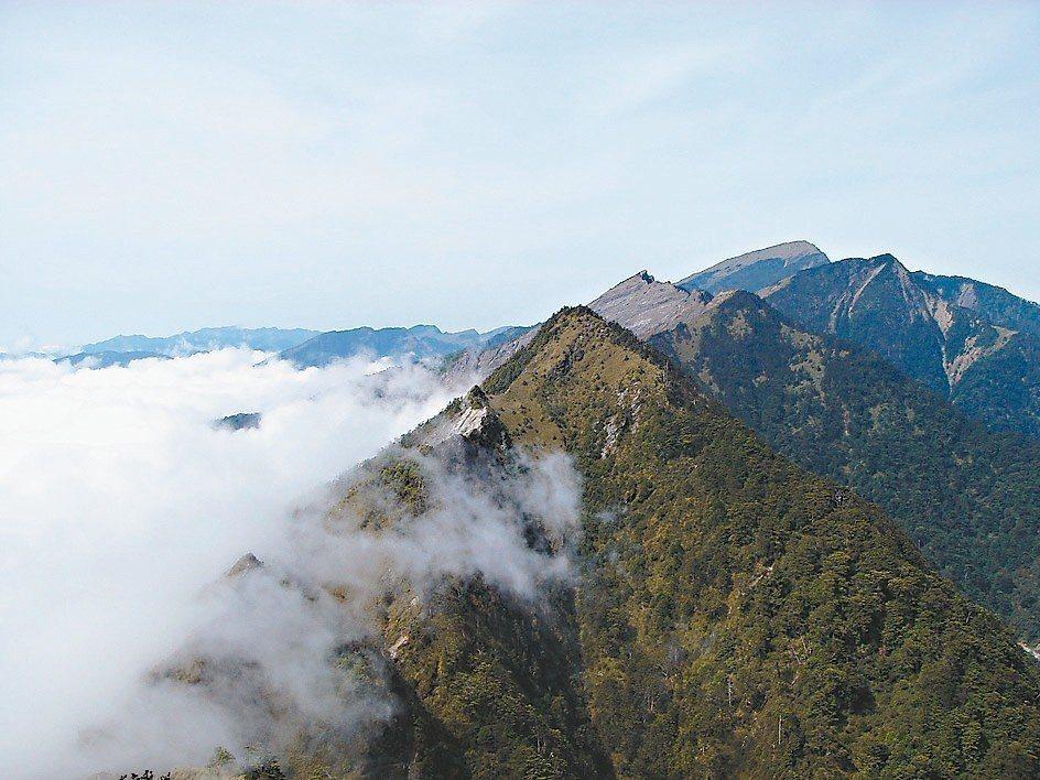 南橫山區雲霧縹緲,八八風災後,美麗山頭變得難以親近。 記者徐白櫻/翻攝