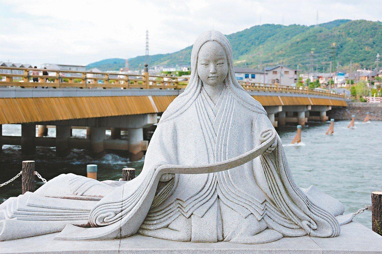 紫式部石像位於宇治的夢浮橋畔 圖/有行旅提供
