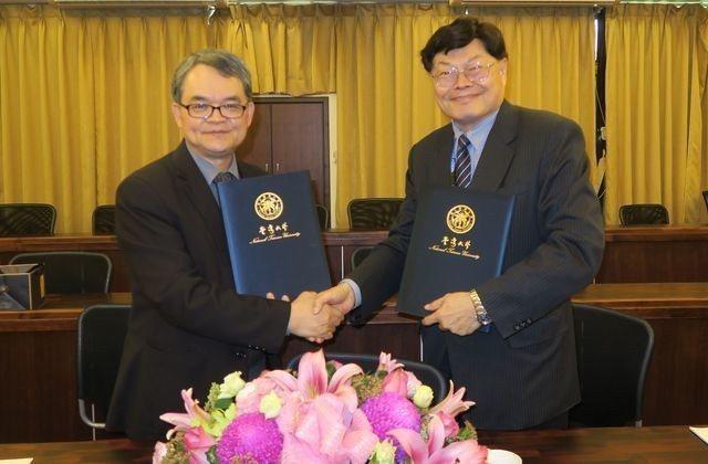 中衛發展中心朱興華總經理(右)與臺大生農學院盧虎生院長代表雙方簽署產學合作意向書...