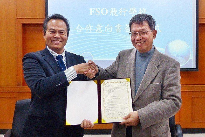 明新科大校長林啟瑞(右)與FSO沖繩飛行學校社長玉那霸尚也代表簽署合作意向書。 ...