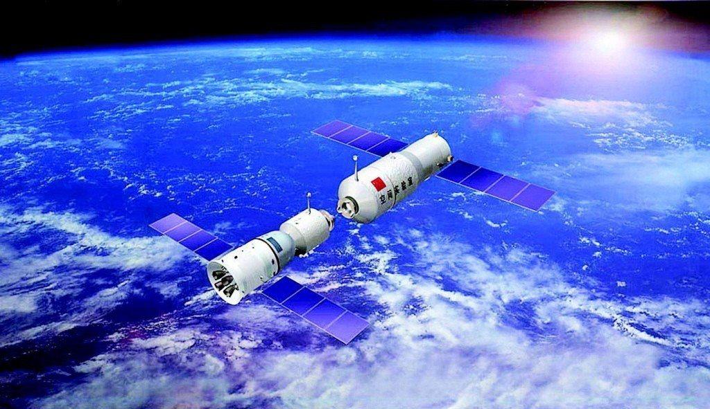 中國「天宮一號」(右)預計本月底或下月初墜回地球時,若未能在穿越大氣層時燃燒殆盡...